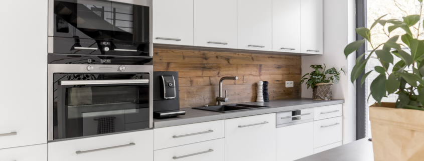Balanced kitchen with natural accents